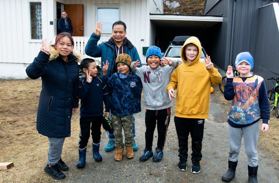 Familien fra Myanmar gleder seg over å ha det fritt og godt i Andøy. De viser demokratitegnet som symboliserer håp om suksess for dem som kjemper for demokrati i hjemlandet. Militærjuntaen skyter folk som viser dette tegnet. Fra venstre Vong Sonthang (39), Zen lamming (36), Sing Lian Than (6), Lun Muarn Sang (8), Lian Biak Lal (10). Vennene Theo Christoffer Engelsen og Hemann Martinius Engelsen støtter gjerne opp om demokratibevegelsen for Myanmar. Foto: Mette-Helene Berger Amundsen, Andøyposten
