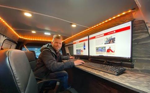 Redaktør Eugen Hammer inne i den velutstyrte bilen. Foto: Gjesdalbuen