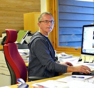 Redaktør Hallvard Tysse i bladstova til Samningen. Foto: Marianne A. Reistad, Samningen