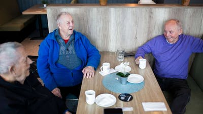 Kaffekameratene samles daglig på kafé. Da blir det en del diskusjoner om politikk, og nå om det kommende stortingsvalget. Foto: Kristine Lindebø, VOL